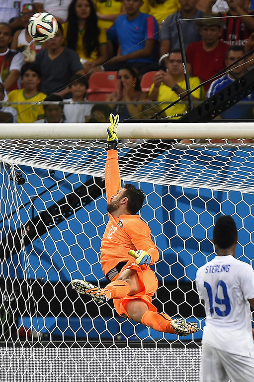 . Italy\'s goalkeeper Salvatore Sirigu (C) saves the ball during a Group D football match between England and Italy at the Amazonia Arena in Manaus during the 2014 FIFA World Cup on June 14, 2014.  AFP PHOTO / FABRICE COFFRINI
