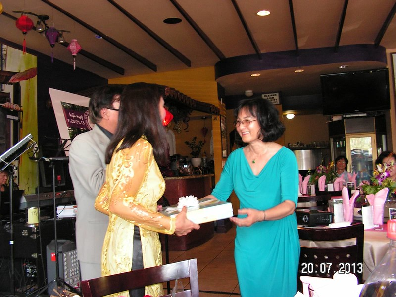 Bích Đào (em gái của Bích Thủy) trao quà lưu niệm từ Đức Quốc