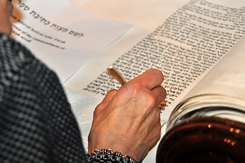 Miriam Perlberg fills in the fourth-to-last letter (photo by Sam Backman)