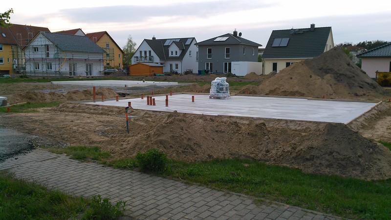Die Nachbarn haben ihre Bodenplatte bekommen