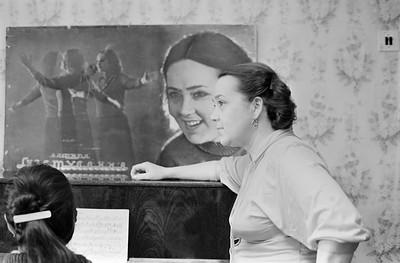 Вафира Гизатуллина дома с дочкой Ларисой февраль1988