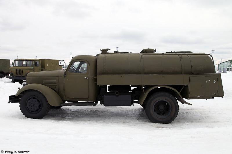 Маслозаправщик МЗ-150 на шасси ЗИЛ-164 (MZ-150 oil tanker on ZIL-164 chassis)