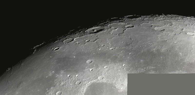 Měsíc 24.4.2013 cca 2:30 - SkyWatcher 130/650, MS Lifecam 5000HD. Mozaika severní oblasti kolem Moře chladu (vpravo), Sinus Iridum (dole uprostřed) a Sinus Roris (vpravo).