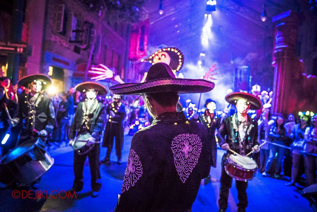 Halloween Horror Nights 6 - March of the Dead / Death March - The Band, Leader Z signalling to go