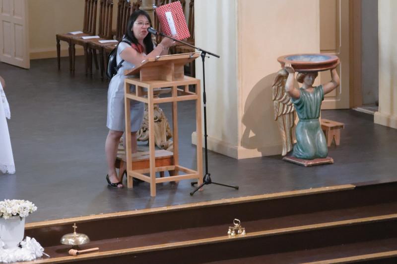 Esterina hat die Kinder auf die Kommunion vorbereitet. Sie ist auch Lehrerin an Richards Schule.
