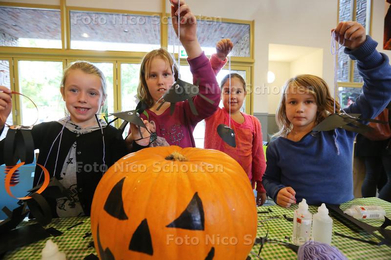 op het speeleiland bij kinderboerderij het Buiitenbeest kunnen kinderen knutselen voor Halloween - Danique, Julia, Rachael en Dewil hebben enge spinnen gemaakt - ZOETERMEER 20 OKTOBER 2015 - FOTO NICO SCHOUTEN
