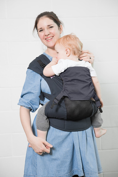 Izmi_Accessories_Lifestyle_Hood_Midnight_Blue_On_Midnight_Blue_Toddler_Carrier_Mum_Smiling.jpg