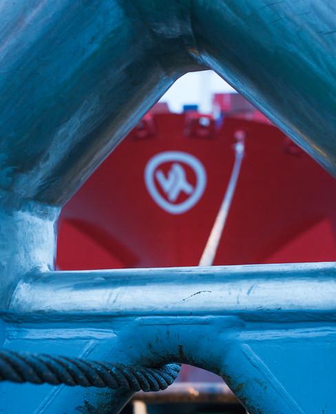 Schleppbock mit Schleppdraht Containerschiff im Hamburger Hafen am Schlepper