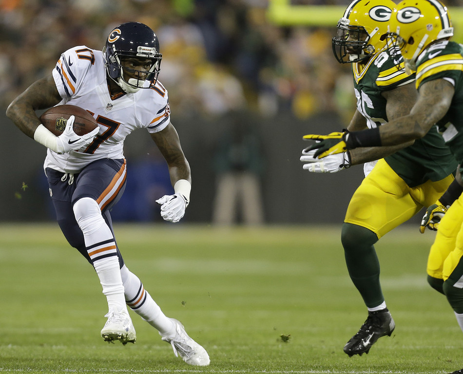 . Alshon Jeffery #17 of the Chicago Bears makes the catch and turns upfield for some more yards during the first quarter of play against the Green Bay Packers against the Chicago Bears during the game at Lambeau Field on November 04, 2013 in Green Bay, Wisconsin. (Photo by Mike McGinnis/Getty Images)