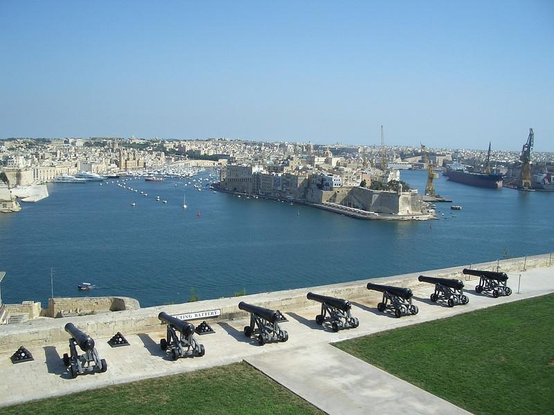 Malta Valletta 3 canons.JPG