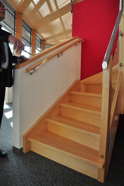Im Prinzip unsere Treppe, bis auf das Geländer und die Farbe.