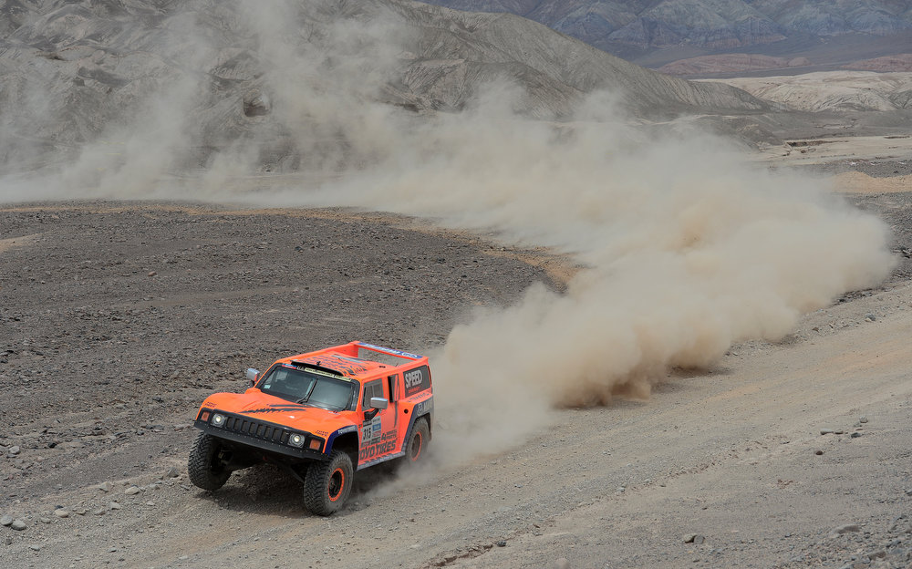 Description of . Robby Gordon and co-driver Kellon Walch of team Hummer compete in stage 6 from Arica to Calama during the 2013 Dakar Rally on January 10, 2013 in Arica, Chile.  (Photo by Shaun Botterill/Getty Images)