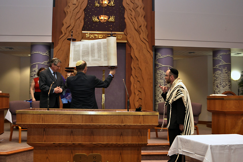 Jerry Friedman lifts the new scroll for the congregation to see (photo by Sam Backman)