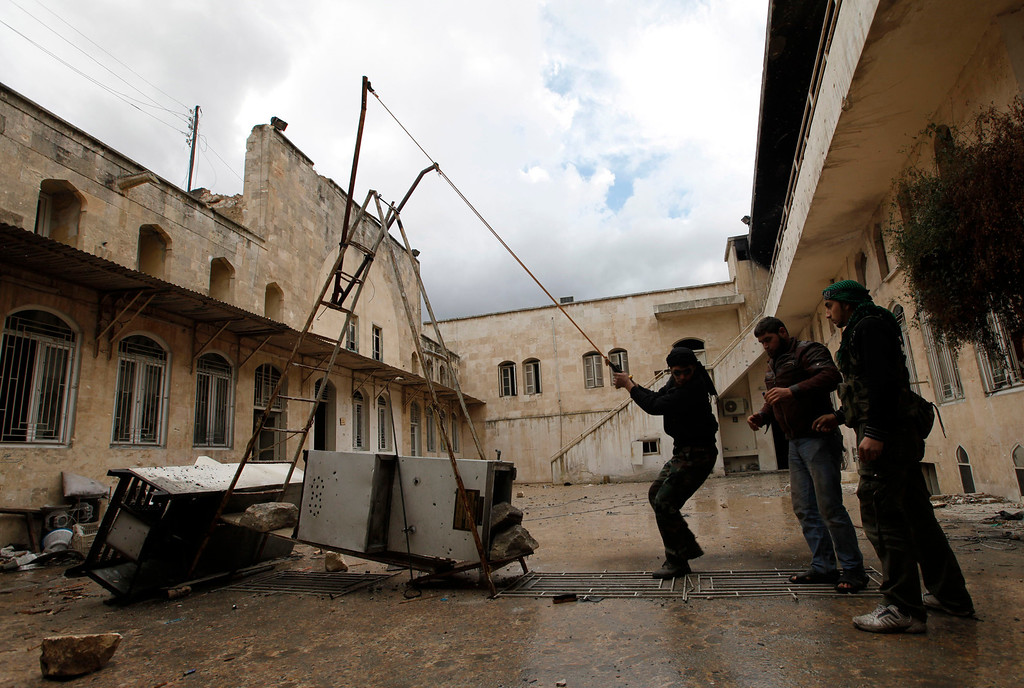 . Free Syrian Army fighters use a homemade catapult in old Aleppo, January 29, 2013. REUTERS/Zain Karam