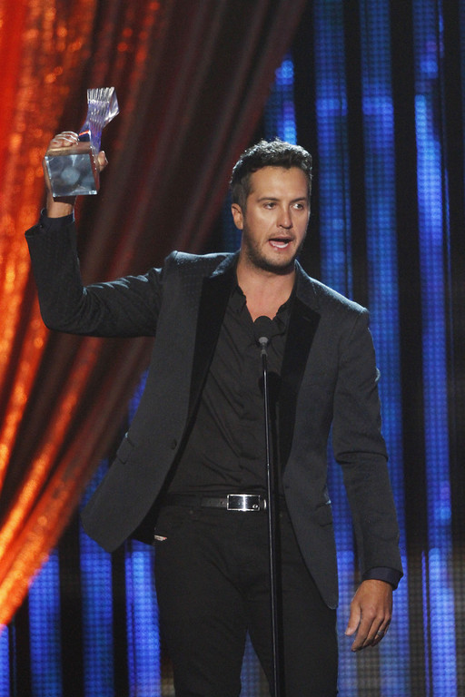 ". Luke Bryan accepts his award at the CMT ""Artists of the Year\"" show held at the Music City Center on Tuesday, Dec. 3, 2013, in Nashville, Tenn. (Photo by Wade Payne/Invision/AP)"