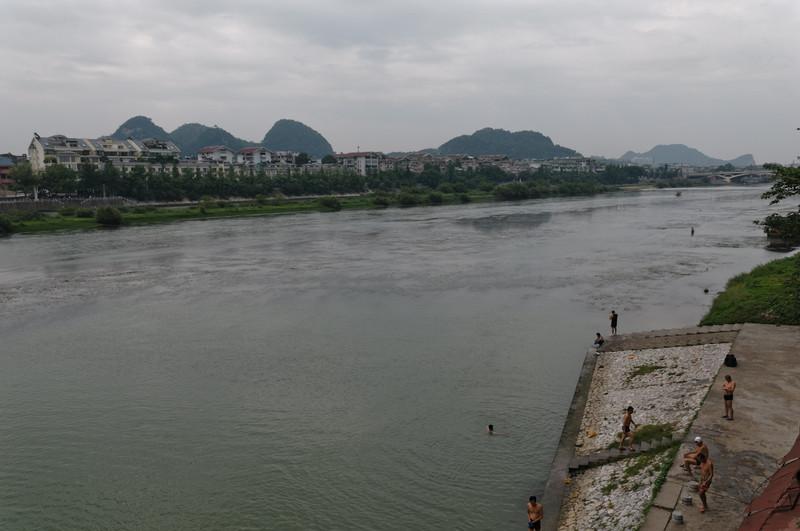 Im Fluss Li kann man baden. Morgen machen wir auf diesem Fluss eine Fahrt mit einem Schiff.