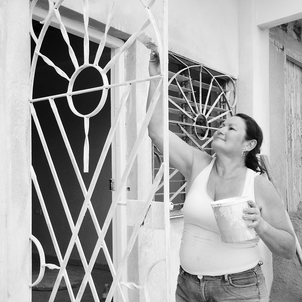 Painting the doorway, Cienfuegos