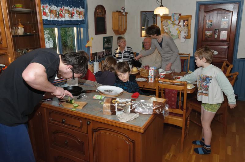 Unsere Küche ist voll, aber am Tisch ist Platz für all Neune!