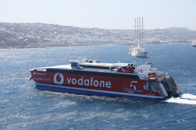 HSC HIGHSPEED 5 arriving to Mykonos.