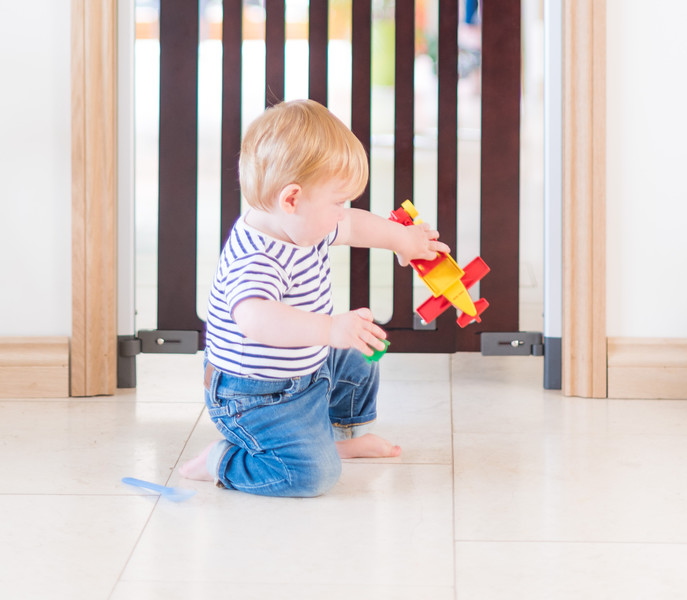 Fred_Stairgates_Screw_Fit_Wooden_Gate_Lifestyle_baby_playing_close.jpg