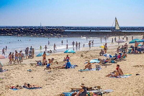 April Corona del Mar Beach: social distancing?