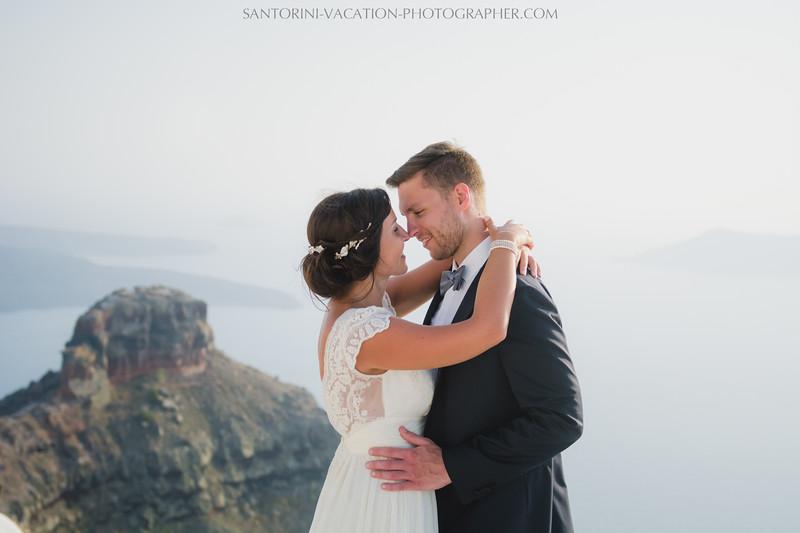 santorini-photographer-couples-photo-session-vacation-honeymoon-2.jpg