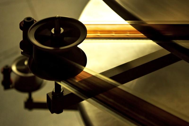 Filmový pás, odvíjející se z hlavního kotouče směrem do promítačky