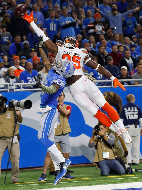 . Cleveland Browns tight end David Njoku (85), defended by Detroit Lions cornerback Darius Slay (23), is unable to catch a pass during the first half of an NFL football game, Sunday, Nov. 12, 2017, in Detroit. (AP Photo/Paul Sancya)