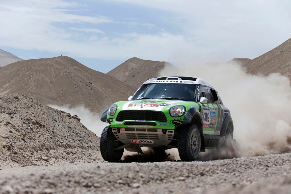 Description of . France's Stephane Peterhansel and co-pilot Jean-Paul Cottret compete with their Mini during the 5th stage of the Dakar Rally 2013 from Arequipa in Peru to Arica in Chile, January 9, 2013. REUTERS/Jacky Naegelen
