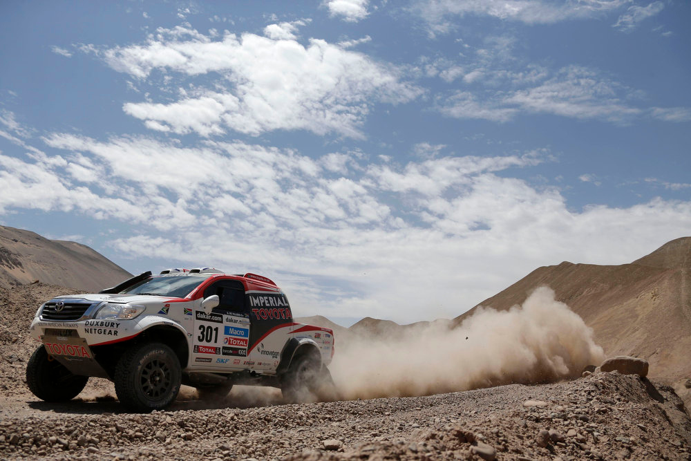 Description of . South Africa's Giniel De Villiers and co-pilot Germany's Dirk Von Zitzewitz compete with their Toyota during the 5th stage of the Dakar Rally 2013 from Arequipa in Peru to Arica in Chile, January 9, 2013. Picture taken January 9, 2013. REUTERS/Jacky Naegelen