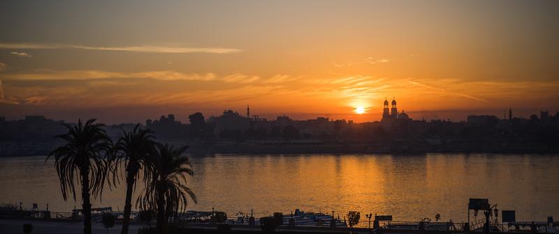 Amanecer en Lúxor desde la terraza del Nile Valley Hotel