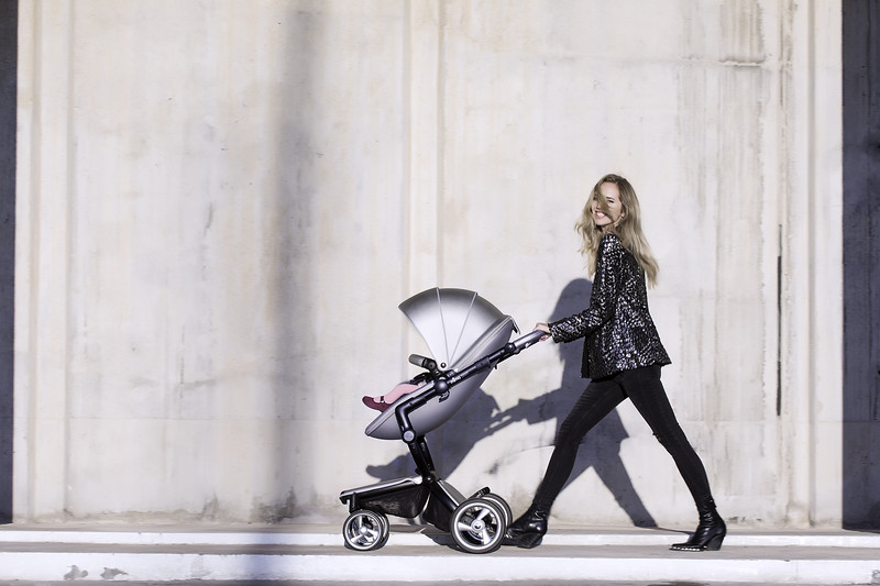 Mima_Xari_Lifestyle_Argento_Black_Chassis_Pod_Mum_Walking_With_Baby_Looking_At_Camera.jpg
