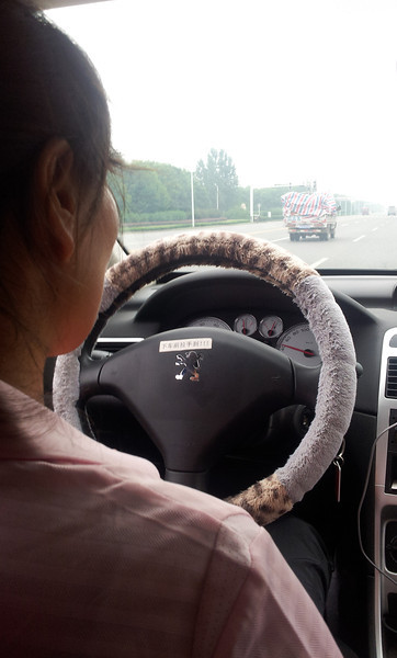 The small piece of paper on the wheel says 'Remember the hand brake'