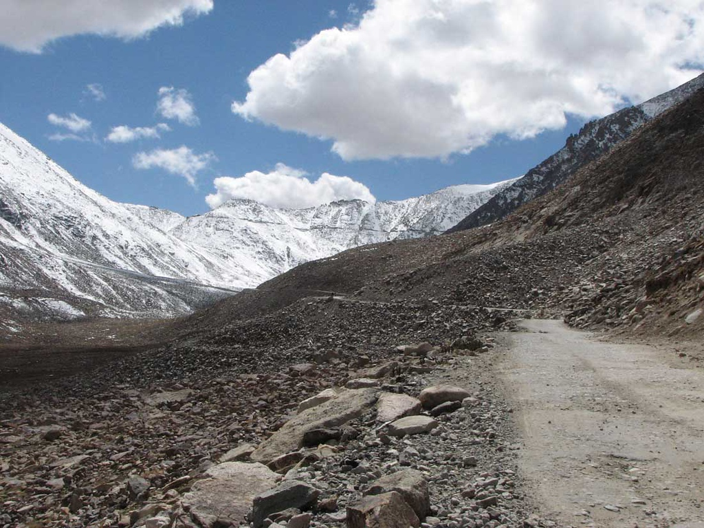 Noordflank Khardung La met zicht op pashoogte op 5328 meter hoogte
