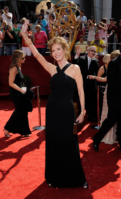 . Mary Tyler Moore waves as she arrives for the 60th Primetime Emmy Awards in Los Angeles, Sunday, Sept. 21, 2008.  (AP Photo/Chris Pizzello)