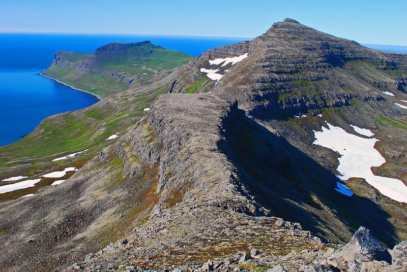 Horft niður í Hestskarð, Dögunarfell, Miðfell og Hornbjarg fjær