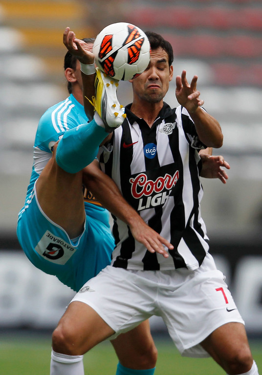 . Paraguay\'s Libertad\'s  Pablo Velazquez, left, fights for the ball with Peru\'s Sporting Cristal\'s Nicolas Ayr during a Copa Libertadores soccer match in Lima, Peru, Tuesday, March 12, 2013. (AP Photo/Martin Mejia)