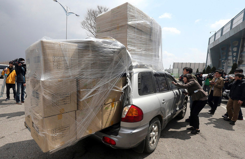 . Journalists question the driver of a South Korean vehicle carrying products made in Kaesong Industrial Complex, located north of the North Korean border, as it arrives to the South\'s CIQ (Customs, Immigration and Quarantine), just south of the demilitarized zone separating the two Koreas, in Paju, north of Seoul, April 9, 2013. North Korea warned foreigners in South Korea on Tuesday to quit the country because they were at risk in the event of conflict, the latest threat of war from Pyongyang.    REUTERS/Lim Byong-sik/Yonhap