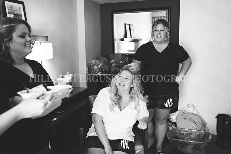 Hillary_Ferguson_Photography_Melinda+Derek_Getting_Ready034.jpg