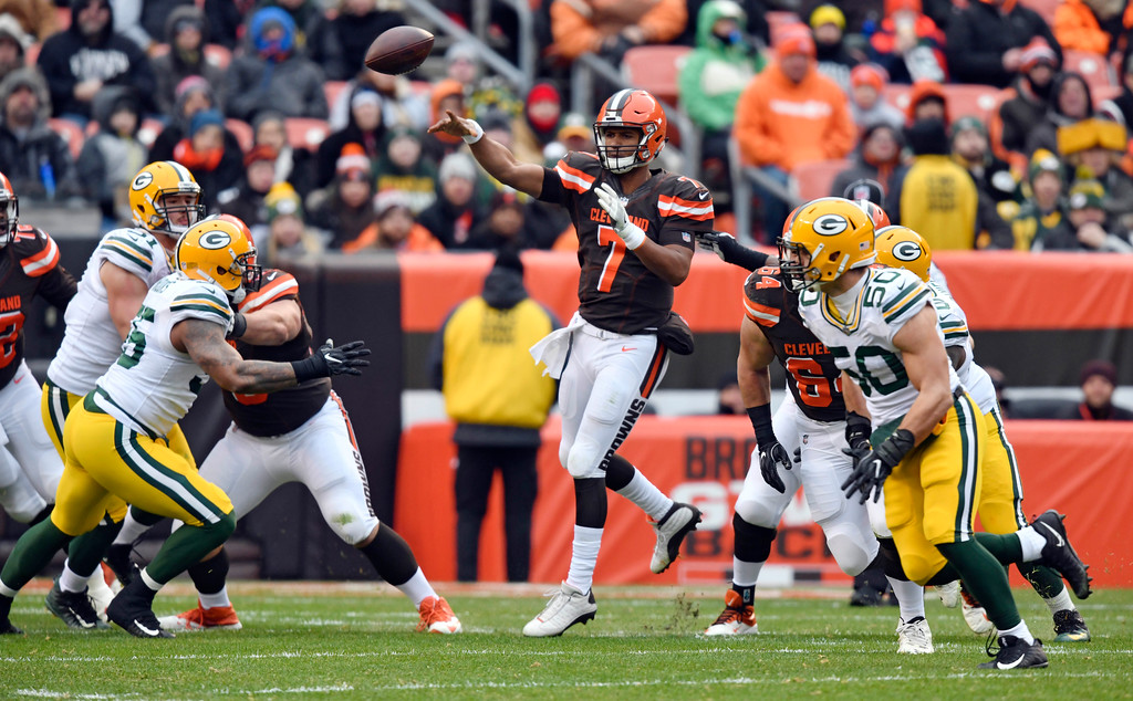 . Cleveland Browns quarterback DeShone Kizer (7) passes against the Green Bay Packers in the first half of an NFL football game, Sunday, Dec. 10, 2017, in Cleveland. (AP Photo/David Richard)