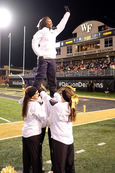 Cheerleader pyramid 02.jpg