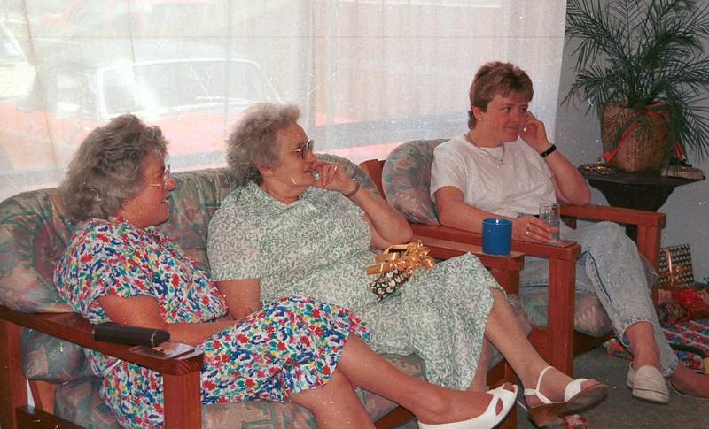 1990-12-25 Christmas @ Sue & Ewans, Mary, Edna & Susan.jpg
