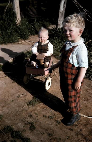1960-9 (20) Louise 15 mths & Tony 2 yrs 19 mths.JPG