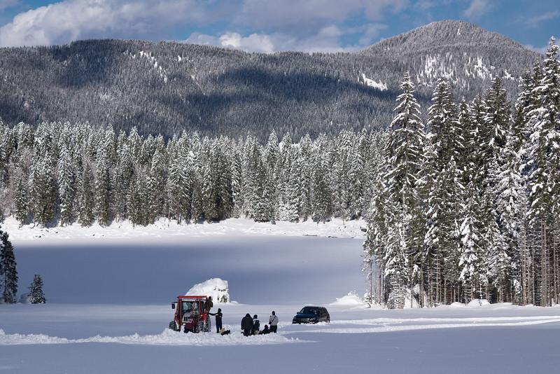 La piana del secondo lago di Fusine nel comune di Tarvisio, nord-est Italia, ricoperto di neve fresca caduta il giorno prima.