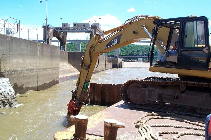 NPK E220 hydraulic hammer on Cat excavator (4).JPG