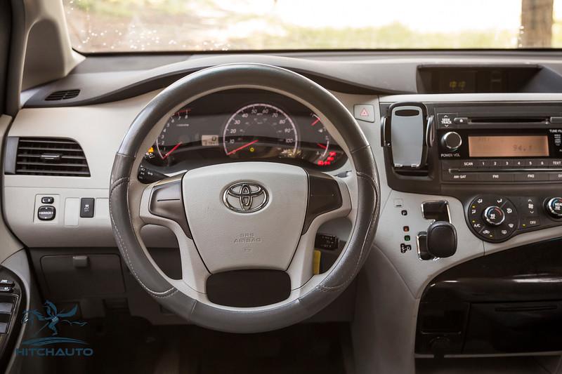Toyota_Sienna_White_6SWK667-6144.jpg