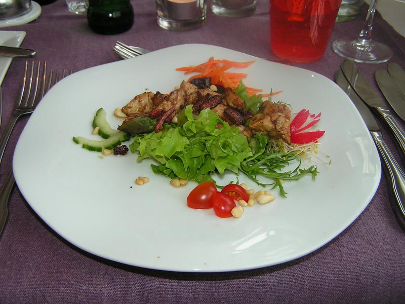 """""""Gratons van kalfszwezeriken en """"Pancetta"""" spekjes op krokant slaatje met sushi azijn en overstrooid met gepofte dennenpitjes"""" (Gastro-april 2009)"""