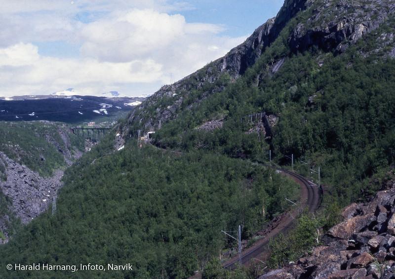 Ofotbanen, til venstre bak Norddalsbrua. Foto tatt fra rallarveien ned langs Fagerlia.