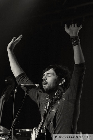 "Scott Avett of The Avett Brothers performing ""And It Spread"" in Las Vegas, July 2011  (Photo by Benjamin Padgett)"