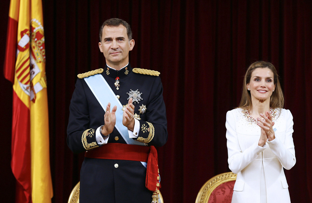 . Spain\'s King Felipe VI and Spain\'s Queen Letizia (R) clap at the Congress of Deputies, Spain\'s lower House in Madrid on June 19, 2014 during a swearing in ceremony of Spain\'s new King before both houses of parliament. Spain\'s King Felipe VI begins a new reign today already facing a threat to the unity of his kingdom as the northeastern region of Catalonia fights to hold an independence referendum on November 9.        AFP PHOTO / POOL/ PACO CAMPOS/AFP/Getty Images